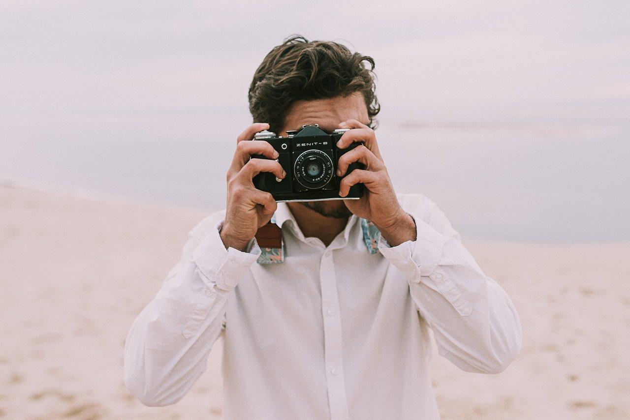 Fotografía de bodas en la Dune du Pilat, Francia. EL ramo volador fotografía natural en Girona