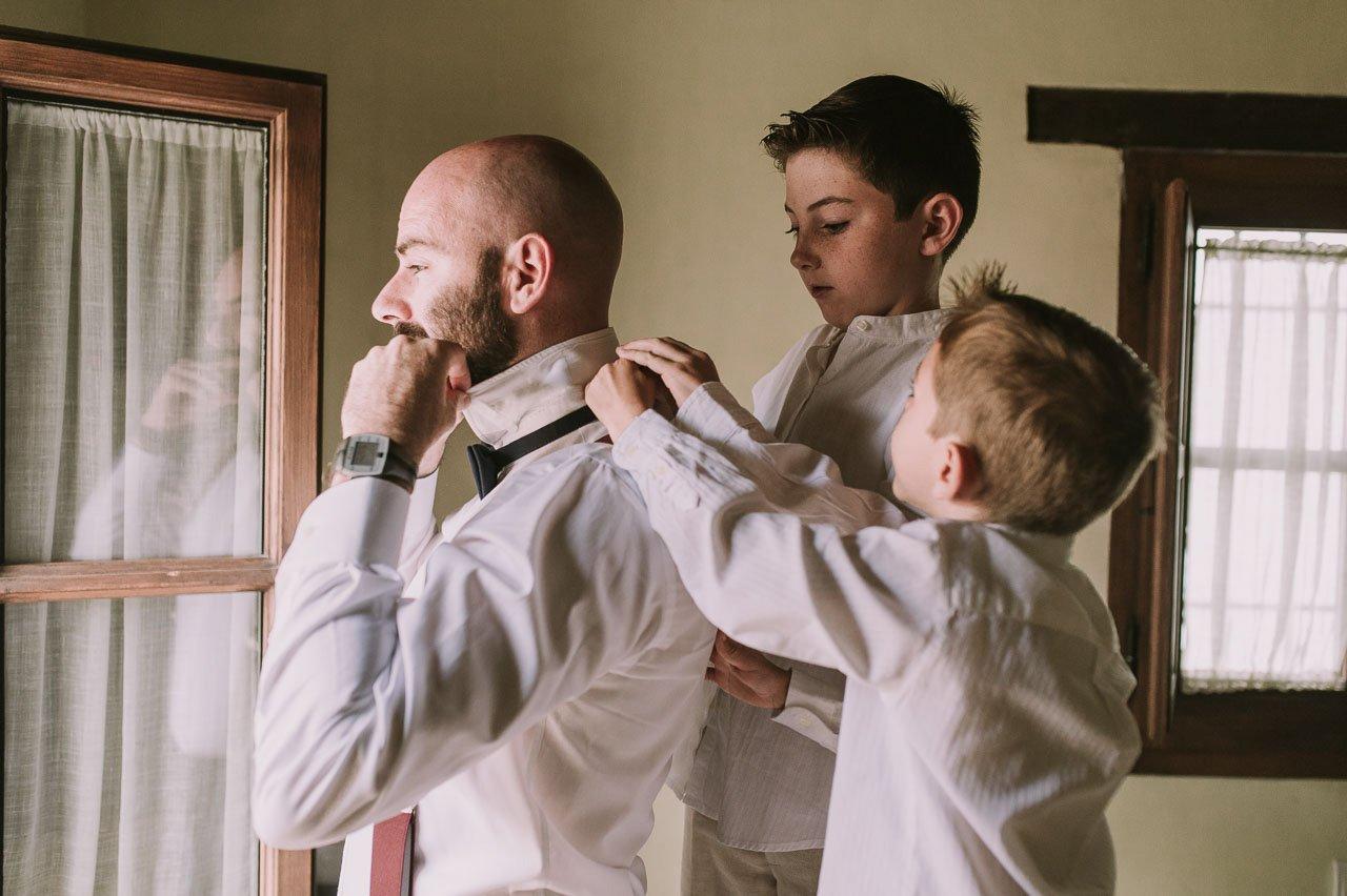 novio vistiéndose con sus hijos