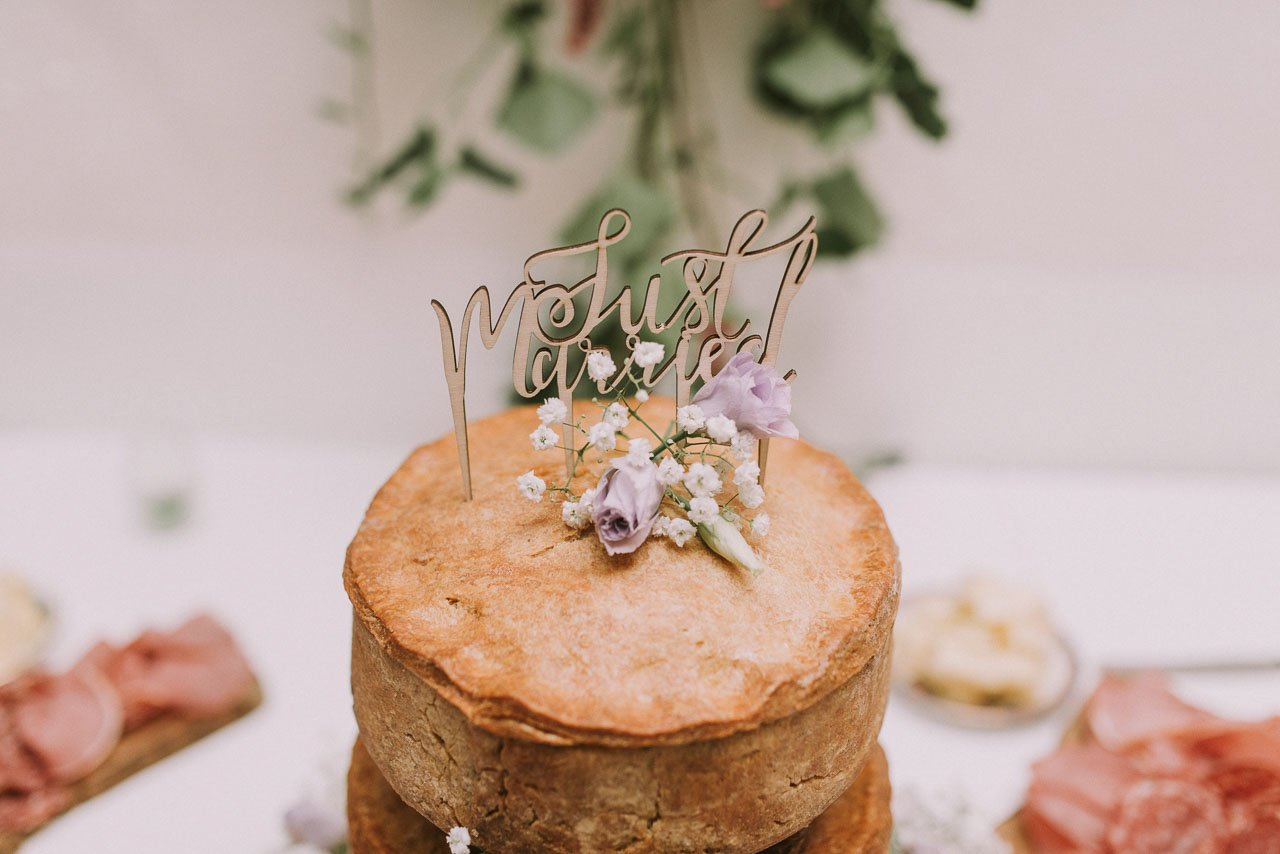 Ideas para pastel de boda de carne con caketoper cortado a laser en madera