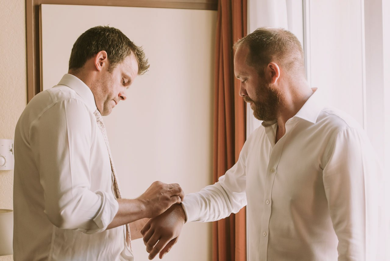 Detalles de preparativos del novio. Fotógrafos de bodas en Girona