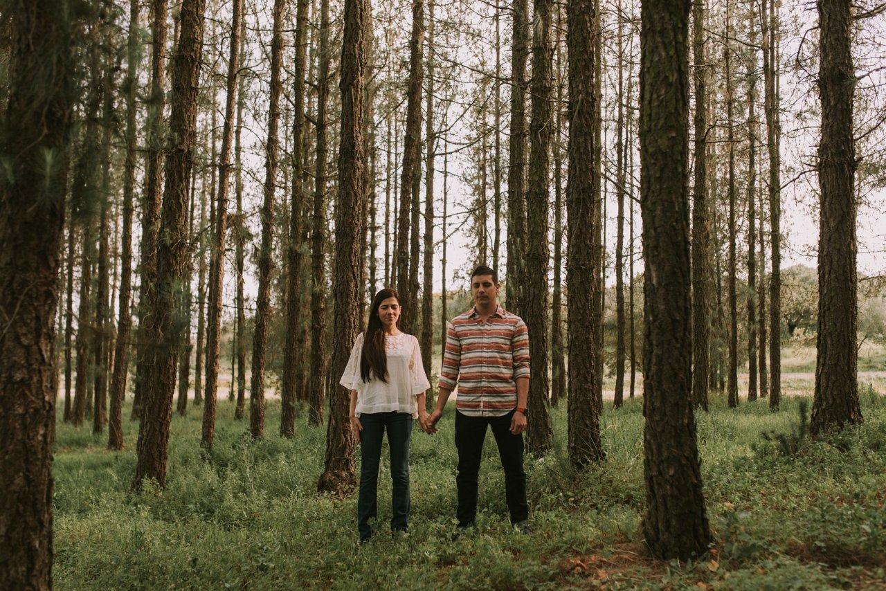 Sesión de preboda en el bosque. Fotógrafos de bodas en Girona