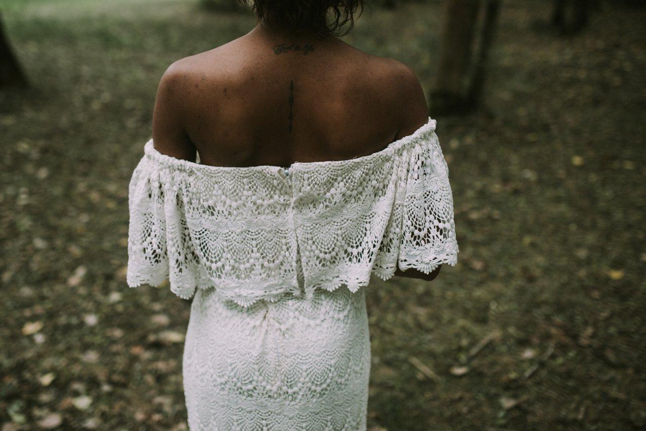 Sesión de inspiración para bodas con vestido de novia de Daughters of Simone de encaje
