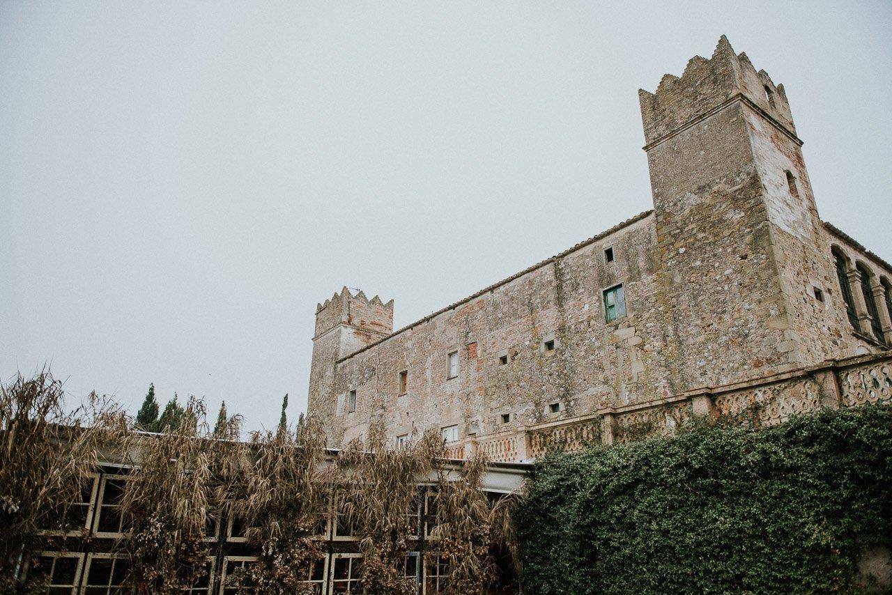 Fotógrafos de bodas en Girona. Sesión en el Castell de Caramany de Corça