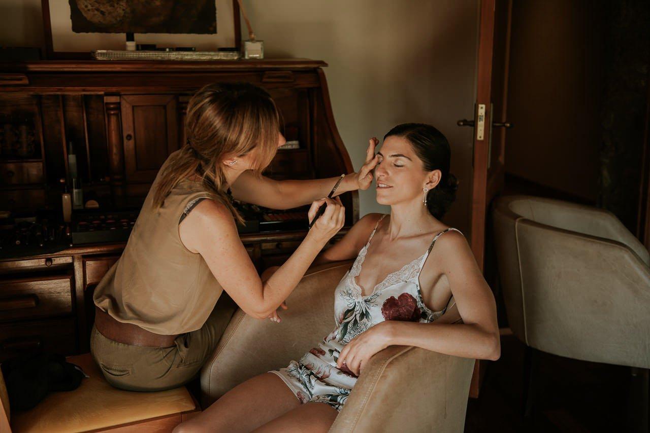 novia maquillándose en Mas Terrats