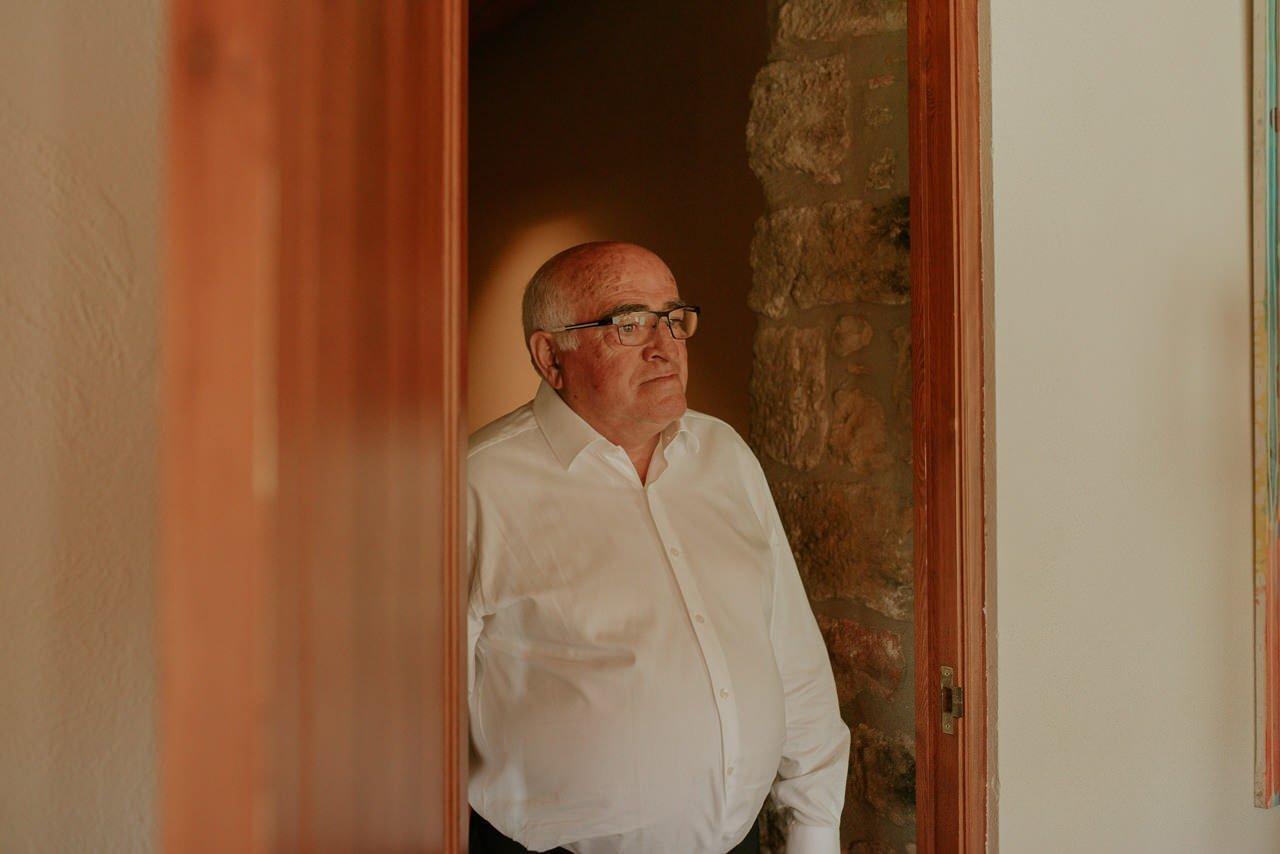 padre de la novia esperando en Mas Terrats