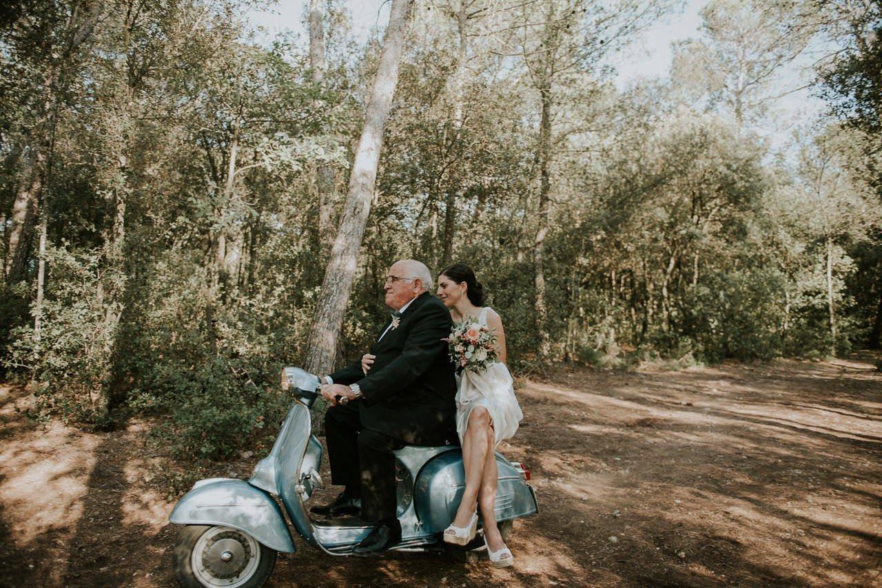novia llegando a la ceremonia en Vespa