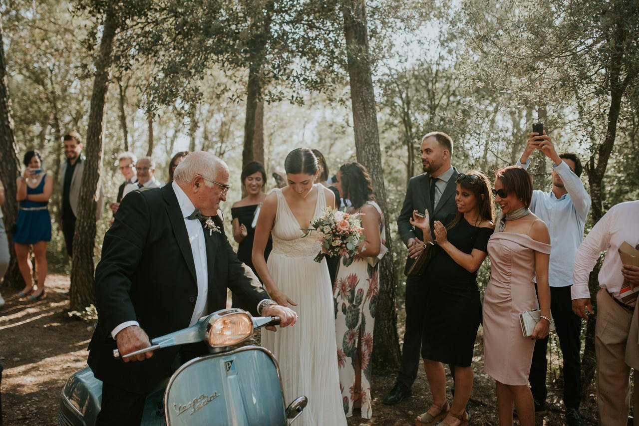 novia llegando a la ceremonia en Vespa vintage