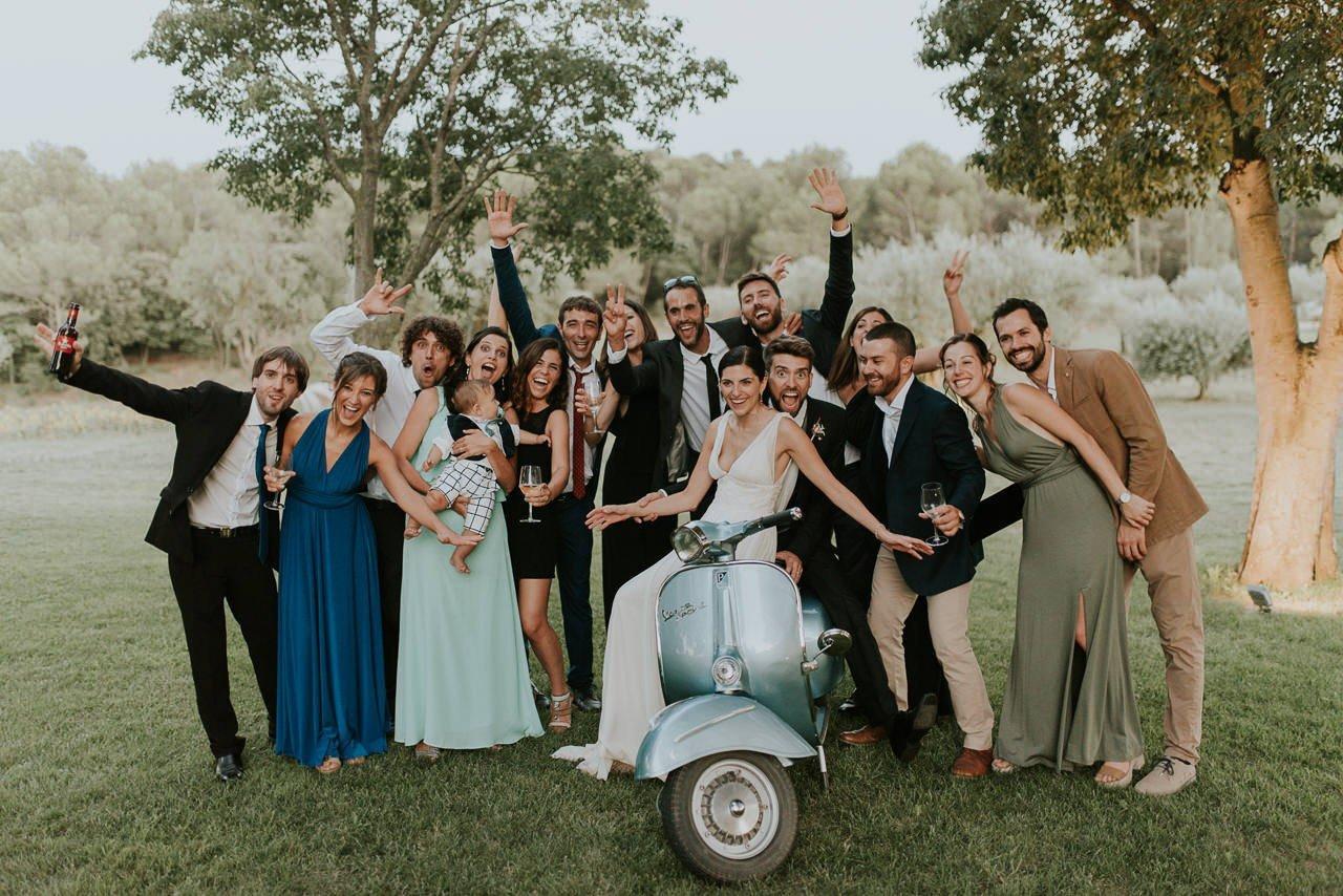 foto de grupo con Vespa vintage en Mas Terrats