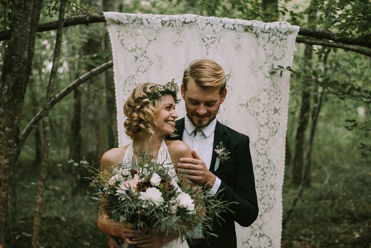 Celebración de ceremonias de bodas en el bosque