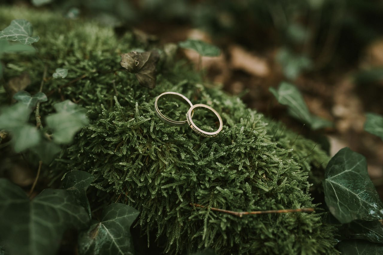 Ideas para anillos con decoración rústica y musgo