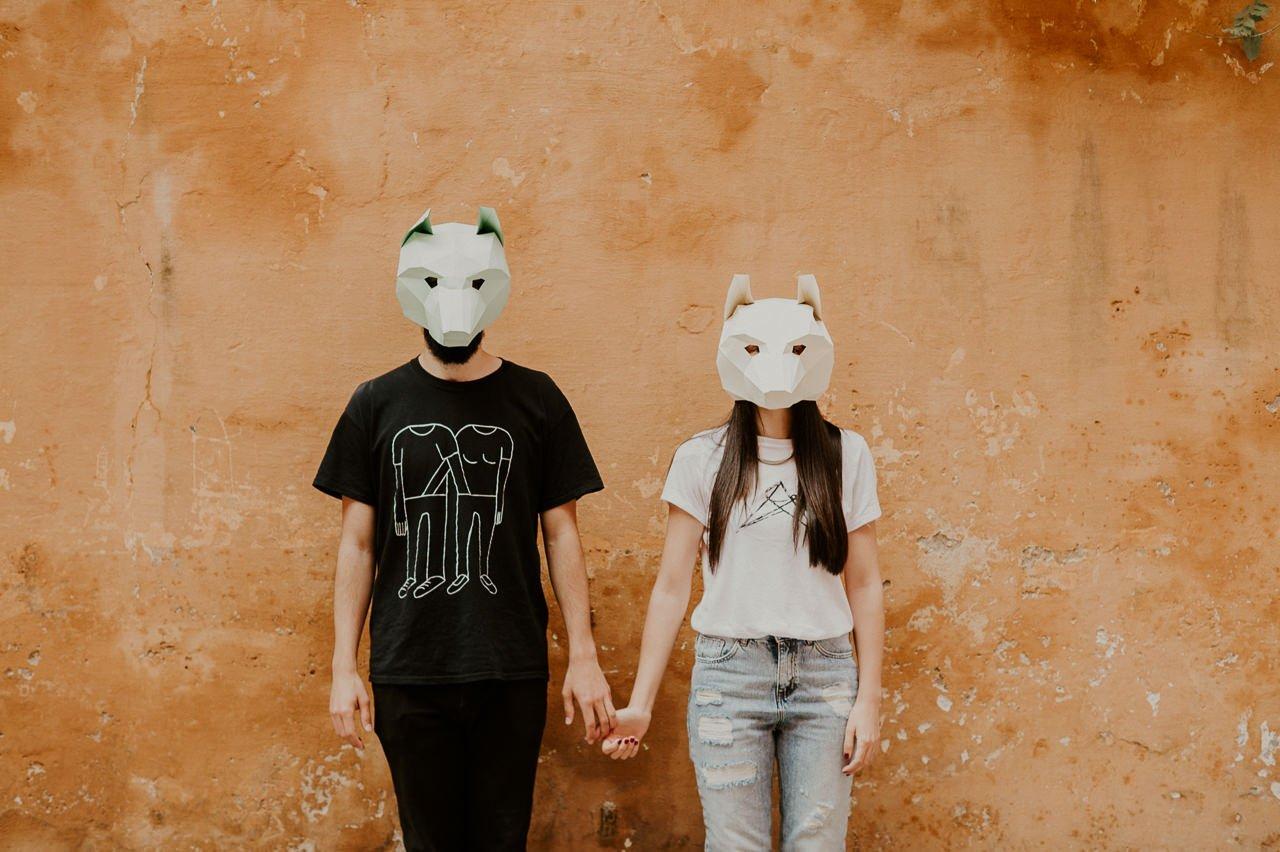 Novios con máscaras de zorro de origami