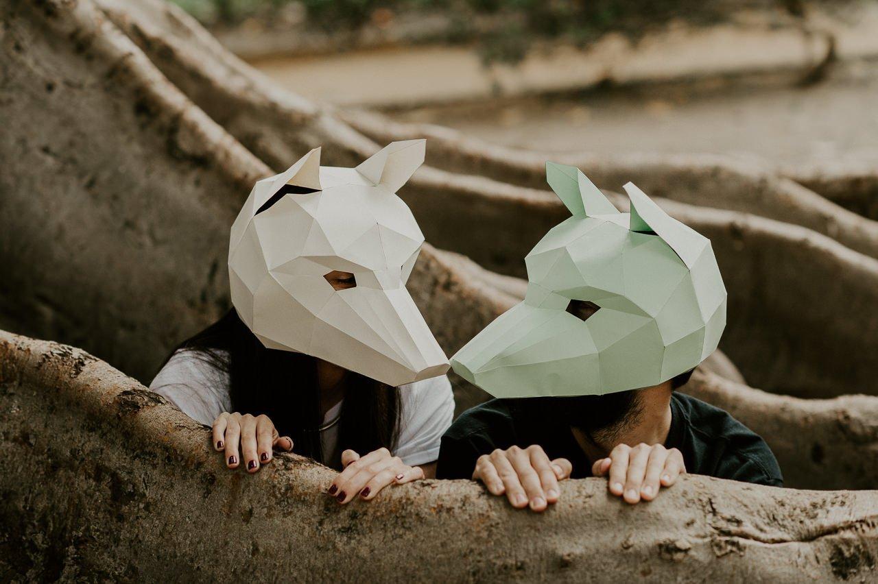 Beso con una máscara de papel de animales