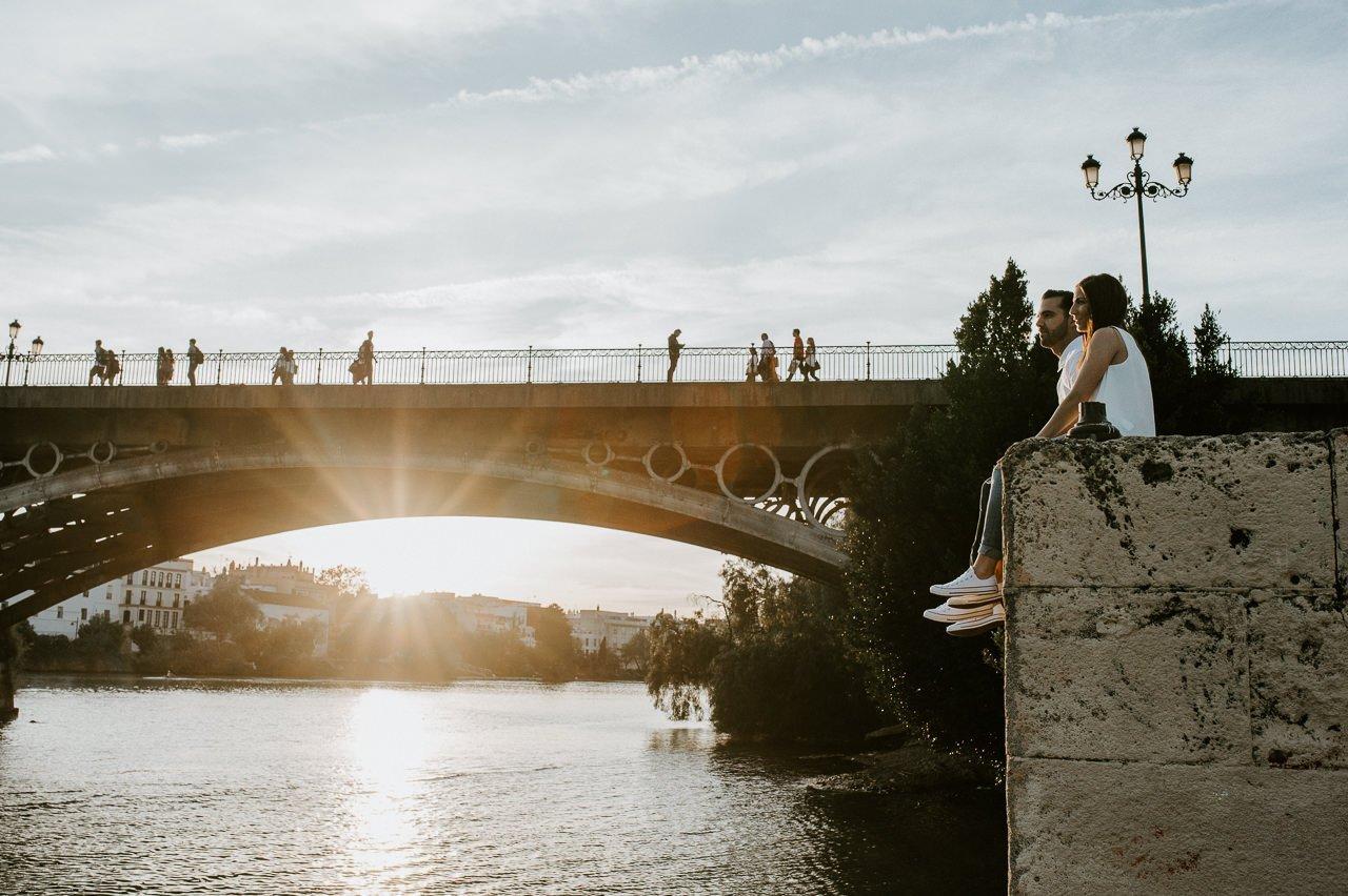 Sesión de preboda en el puente de Triana de Sevilla