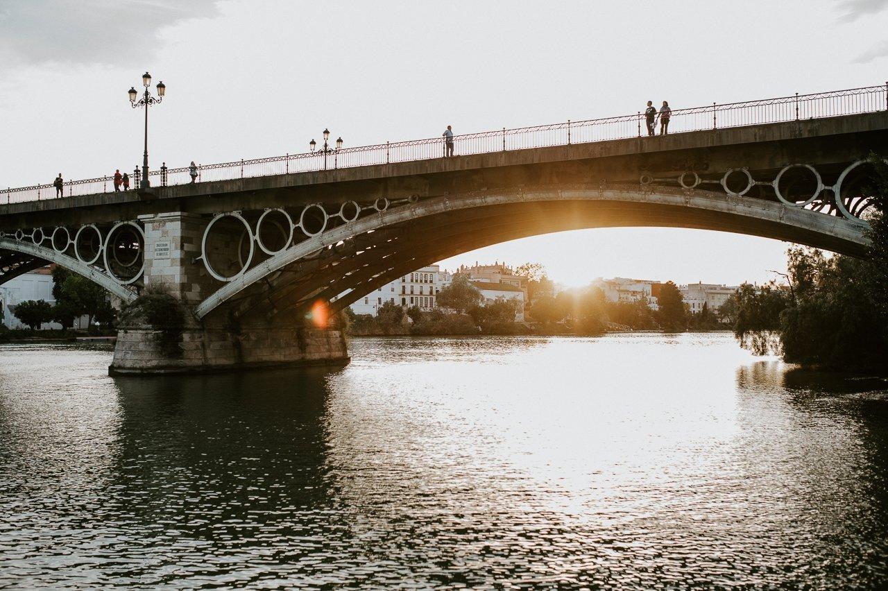 Puente de triana al atardecer en Sevilla